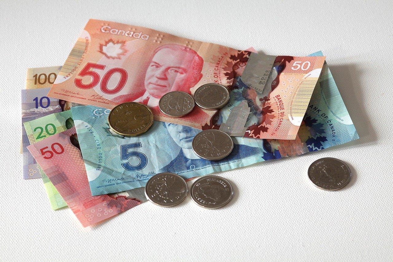 Nombreux billets et pièces d'argent canadien.