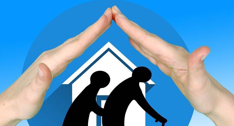 Deux mains au-dessus d'un maison blanche, et deux aînés.